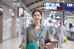 陈钰琪身穿灰色外套搭配同色短裙现身机场 时髦简约打扮清新自然