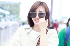 王丽坤清新绿衬衫显早春气息 皮肤白皙甜笑可人