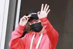 王源身穿红色连帽外套搭配黑色运动裤现身 打扮帅气有型