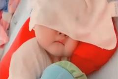 哄了半个小时宝宝终于睡着,妈妈掀开脸上的毛巾,差点笑出声来