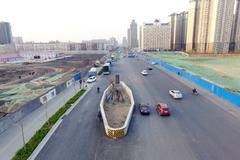 中国最霸气钉子户,立在马路中央占了道路三分之一,就在河南郑州