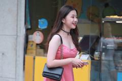 街拍美女:小姐姐穿粉色吊带裙,看上去可爱又迷人,笑起来太撩人
