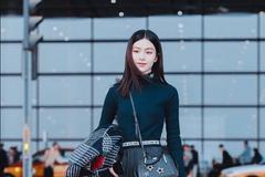 文咏珊身穿黑色高领毛衫配黑色宽松长裤现身打扮休闲时尚酷劲十足