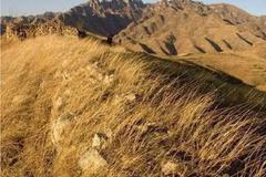 埋藏大山四壁绝岩之下的3000年春秋大墓,流出金属残片