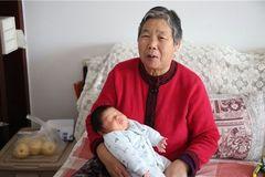 40岁孕妇艰难产子,6个月后宝宝却被送医院,得知诱因,妈妈自责
