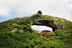 贵州有个穿洞高35米,桥上桥下都建有屋子,传说与张三丰有关