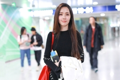 郭碧婷订婚后亮相机场,穿针织裙搭黑长直,仙气可以分我一点吗