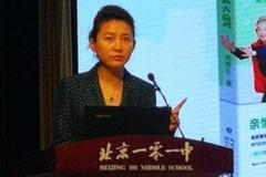 51岁央视主持人王小丫,近照满面油光,再无短发时的气质!