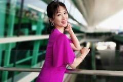 翁虹粉色连衣裙街秀  保养得宜气质优雅 网友很美