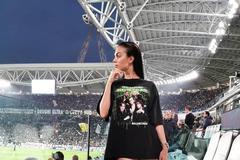 c罗女友乔治娜又高调亮相足球场,黑T搭配长靴性感赢全场瞩目