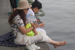 两名大妈游客,在西湖脱鞋洗脚,被保安制止,网友:素质真低