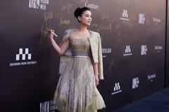黄圣依高马尾出战时装周,金色礼服华丽贵气,36岁又轻松美成焦点
