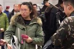 """因挡住小鲜肉被记者一把推开,""""老戏骨""""张国强现身机场无人识?"""