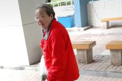 84岁容嬷嬷李明启近照曝光,身体硬朗步伐矫健独自上街买菜
