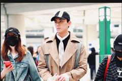吴磊身穿米色风衣内搭黑色卫衣现身机场 打扮时尚休闲气场十足