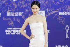 佟丽娅出席北京电影节闭幕式,白色长裙展现窈窕身材,让人惊艳