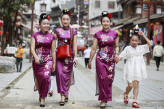 踩鼓场上姑娘们身着盛装,她们的服饰被誉为世界上最亮丽的服装