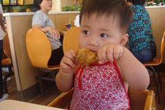 劝告:3岁前,这4种食物不是疼孩子,是害孩子,还有家长给娃吃