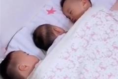 三个宝宝一起睡觉,妈妈掀开被子一看,被双胞胎儿子的动作暖到了