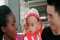中国爸爸和非洲妈妈生下的宝宝,看见娃颜值的那一刻,真的好神奇