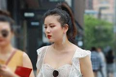 街拍美女:雪纺上衣加漏洞休闲裤,小姐姐有身材就是了不起