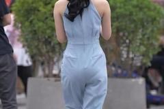 街拍美女:小姐姐挑战连体裤,时尚有型