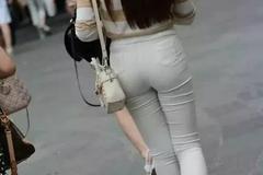 街拍美女:时尚辣妈穿白色紧身裤, 活力满满羡煞旁人