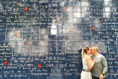 """这是名副其实的""""爱墙"""",280种语言写满""""我爱你"""",中文最亮眼"""