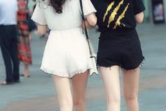 街拍:一对闺蜜穿搭风格相差太大,背后看像母女,正面看凌乱了