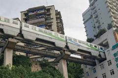 日本一栋楼不肯搬迁,政府为修高速公路,直接从大厦中间开了个洞