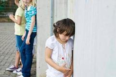 家里的小话痨成了学校的孤僻孩 为啥孩子不合群?