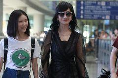 65岁赵雅芝终于服老了!机场穿黑纱裙,网友感叹:这次顺眼多了