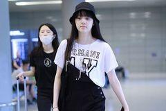 欧阳娜娜被姐姐内涵后现身机场,穿单肩背带裤剪齐刘海甜度超标