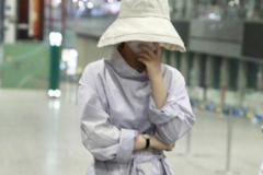 赵丽颖产后机场现身,包裹严实难掩纤细腰肢,捂脸娇羞模样好可爱