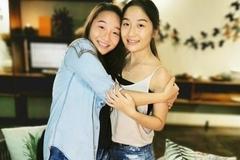 梁家辉为双胞胎女儿庆生,女儿穿牛仔短裤长腿吸睛,妻子一改土气