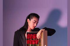 坚持送红玫瑰的男人,到底哪里好?
