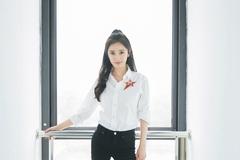 杨幂白衬衫配黑裤子包裹纤细身材,气质清爽干练,状态真好