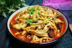 """香菇配上""""它"""",用来水煮吃,提高骨骼发育,常吃身体变得更结实"""