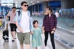 黄磊携两女儿现身机场,两姐妹颜值颇高,多多身高快要超过爸爸!