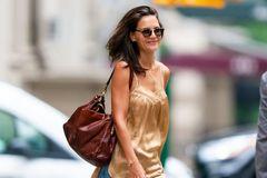 女星凯蒂??霍尔姆斯现身纽约街头,她有着迷人的韵味
