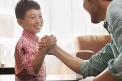 """爸爸用""""孔融让梨""""试探2儿子的选择,20年后,俩儿子人生大不同"""
