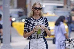 超模艾尔莎??霍斯卡现身纽约街头,她有着迷人的时尚