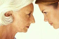 因接孙子迟到,儿媳当众怒扇婆婆耳光,儿媳:让她长点记性