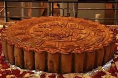 山东大汉做巨型月饼,直径1米总重240斤,王大陆都一口吃不下!