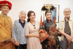64岁刘晓庆晒与93岁卢燕合照,波点连衣裙好减龄,差三十气质不输