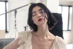 周杰伦新歌女主三吉彩花,短发配黑裙很阳光,高挑身材很养眼