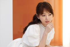 48岁杨钰莹近照,身穿一袭白裙,清纯靓丽美似少女