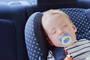 小孩子在夏日阳光下的汽车中一小时可被热死——阴凉处两小时