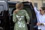 """梅拉尼娅改口:""""我不在乎""""外套是给那些批评我的媒体看的"""