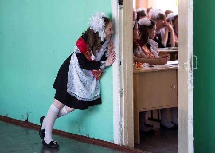直击俄罗斯毕业典礼美女如云 传统女仆装惊艳众人